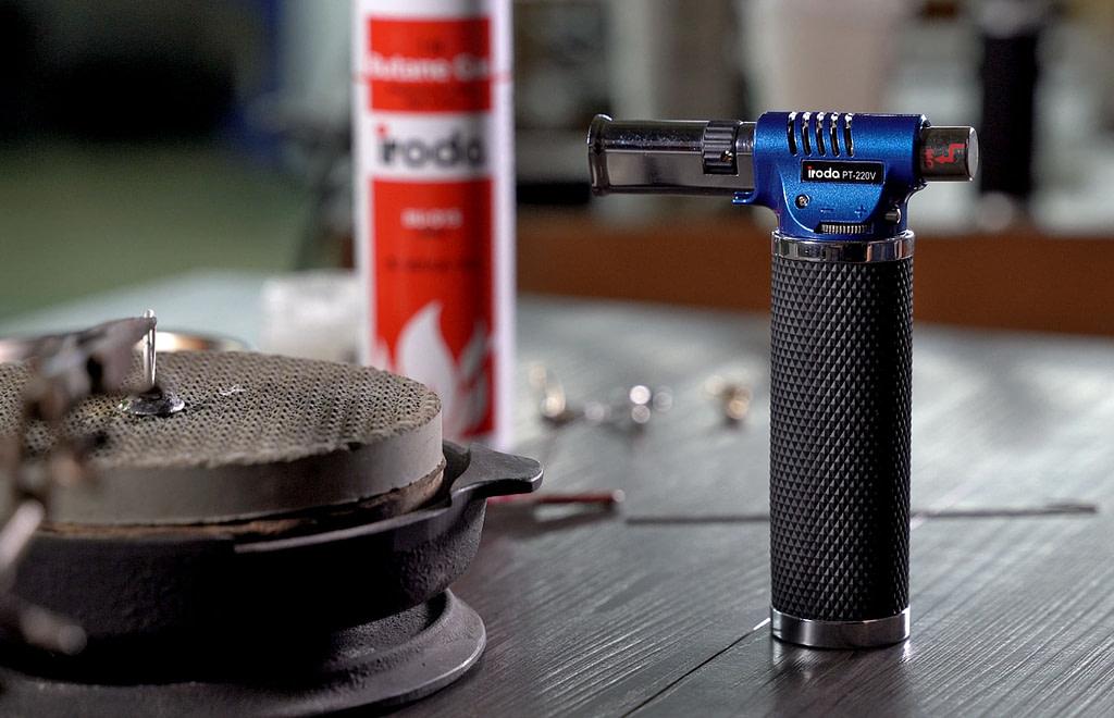 Pro-Iroda's PT-220V Professional Butane Torch on a table